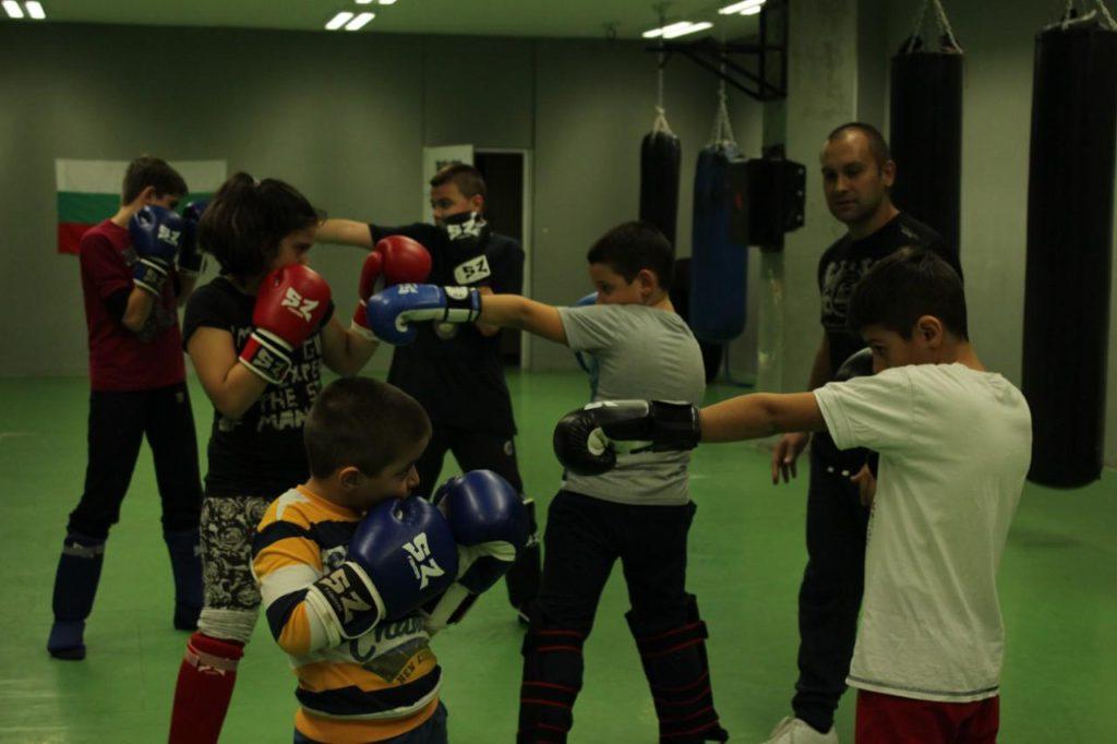 Децата тренират кикбокс в Терес