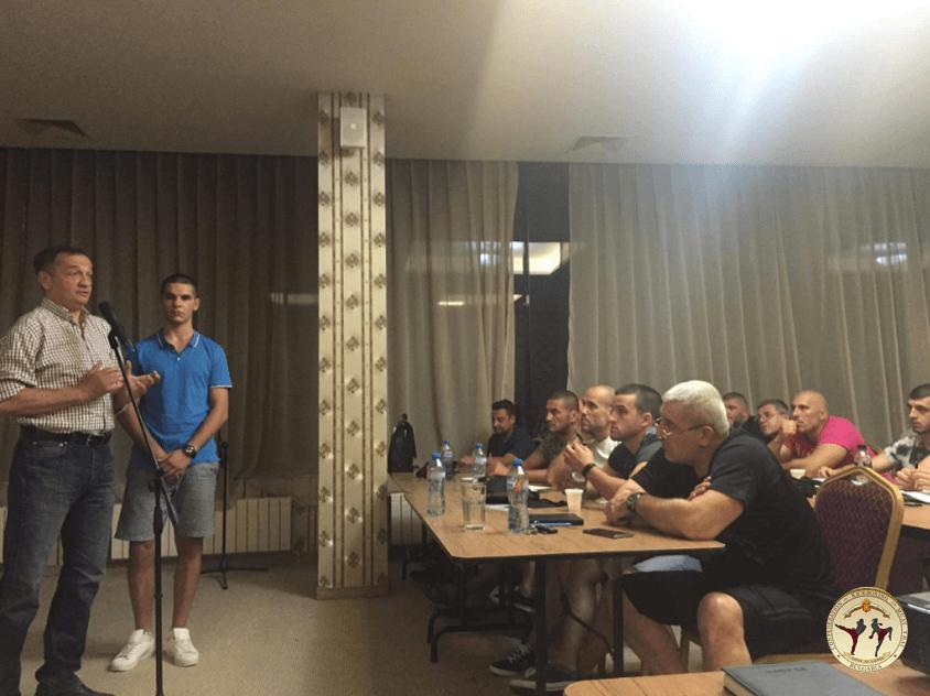 Чучулски превежда на семинар по кикбокс